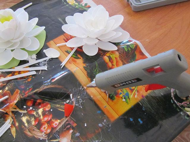 Лилия из пластиковых ложек своими руками видео