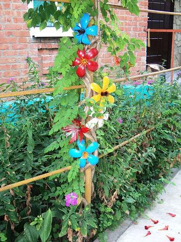 Цветы из пластиковых бутылок своими руками фото для сада