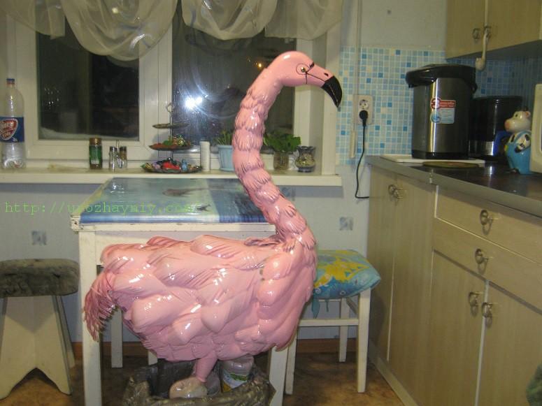 Розовый фламинго из пластиковых бутылок