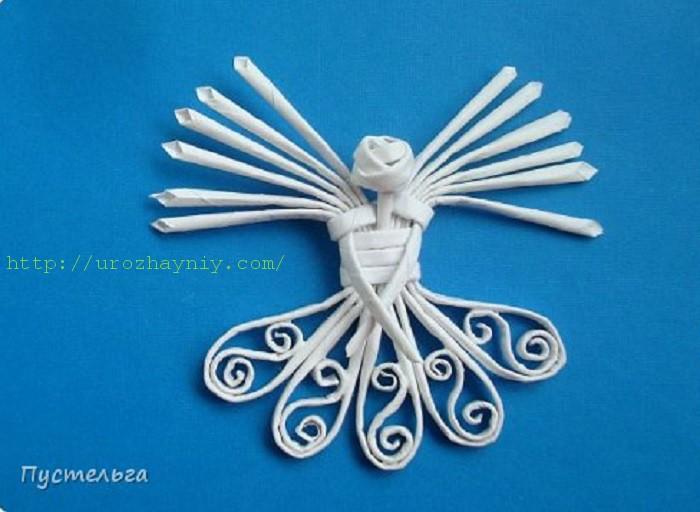 Ангел из газетных трубочек