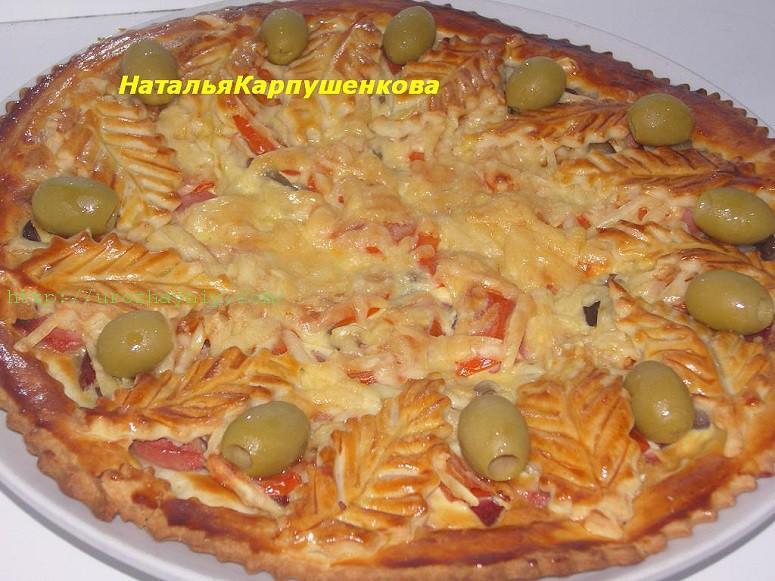 Домашняя пицца с колбасой и сырой