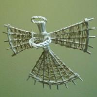 Рождественский ангел из газетных трубочек