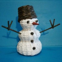 Снеговик из газетных труб